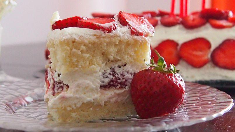 tort z bitą śmietaną i truskawkami